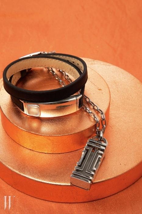 왼쪽   비아웨어(Viawear)의 진주와 수정이세팅된 가죽 팔찌로, 피트니스 애플리케이션과연동되는 진동과 컬러 알림 기능을 갖췄다.오른쪽   운동량과 수분 섭취량 등을 파악해효과적으로 건강을 관리할 수 있는 헬스프로그램 핏빗(Fitbit)을 위한 웨어러블 기어로디자인된 토리 버치의 스틸 펜던트 목걸이.