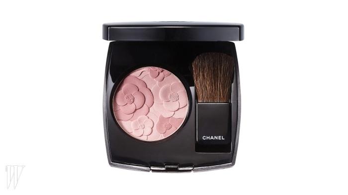Chanel 쟈뎅 드 샤넬 핑크와 장밋빛컬러가 사랑스럽게 물든양 볼을 만들어준다. 3g, 6만원.
