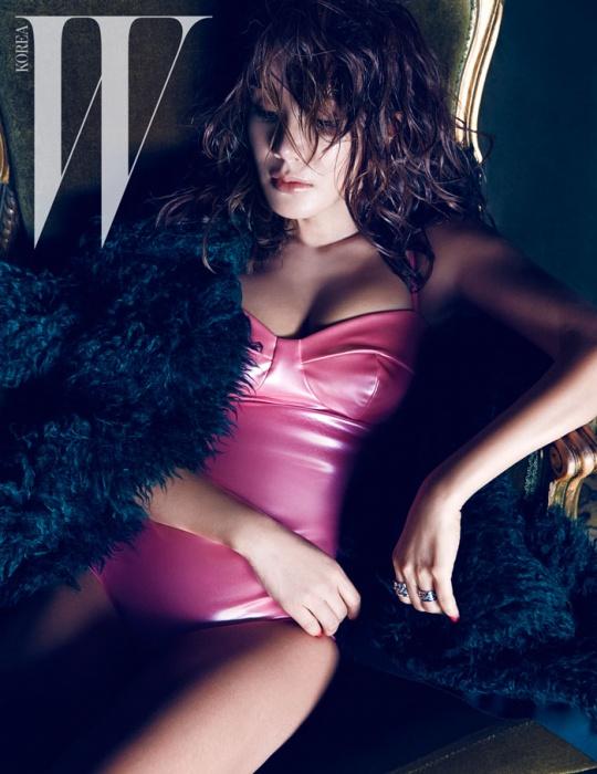 짙은 녹색의 퍼 재킷은 Lanvin,록적인 체인 반지는 H.R. 제품.핫 핑크색 보디수트는 스타일리스트 소장품.