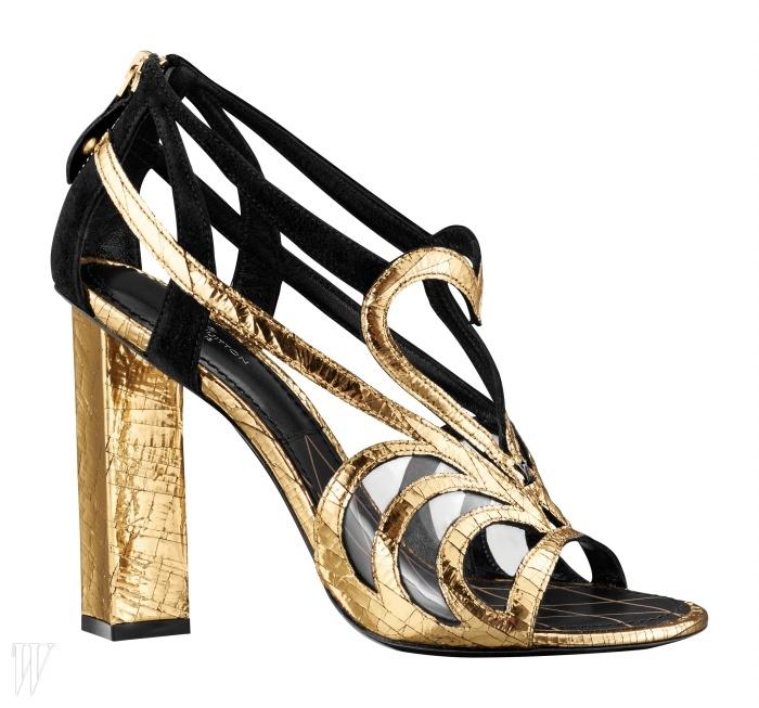 금색과 검은색 스트랩으로 독특한 무늬를 만든 루이 비통의 하이힐 슈즈.