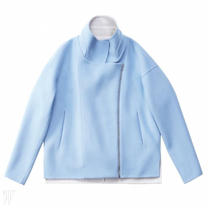 KUHO 지퍼 장식의 하늘색 오버사이즈 재킷. 80만원대.