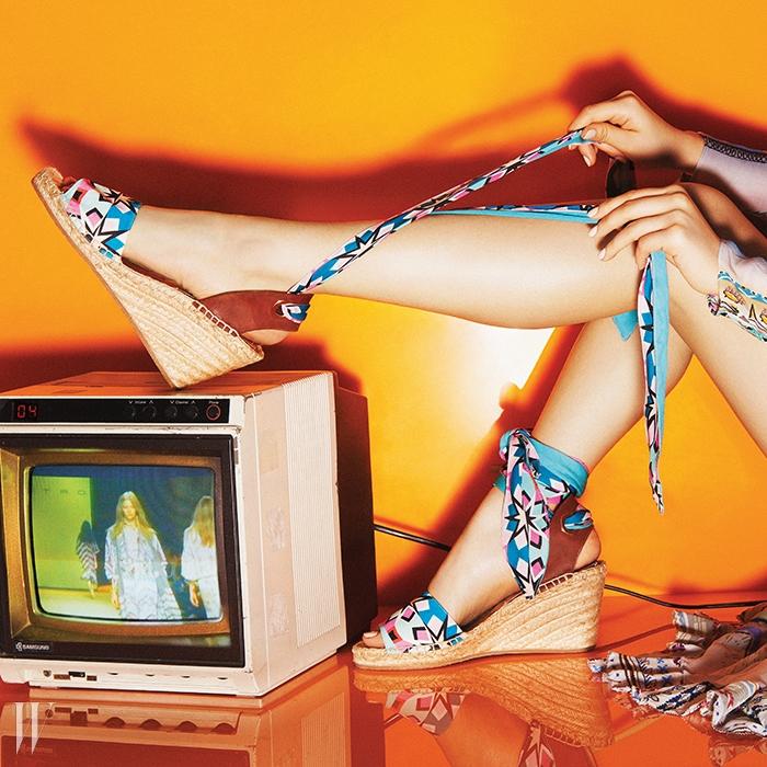 ETRO민속적인 프린트의 여성스러운 드레스,보헤미안 분위기가 물씬 풍기는에스파드리유 샌들은 에트로 제품.드레스 4백29만원, 샌들 가격 미정.