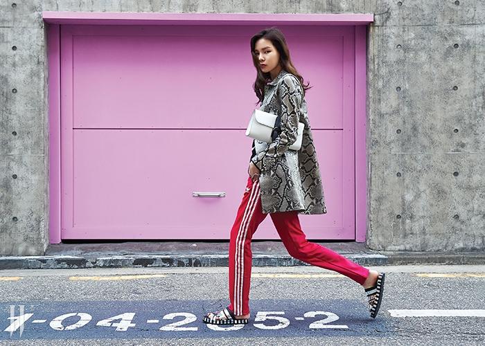 뱀무늬를 그대로 살린 가죽 코트는 구찌 제품. 1천만원대.밝은 핑크색 트랙팬츠는 아디다스 오리지널스 제품. 8만9천원.하얀색 클러치는 델보 제품. 3백50만원.은색 슬리퍼는 아크네 제품. 가격 미정.
