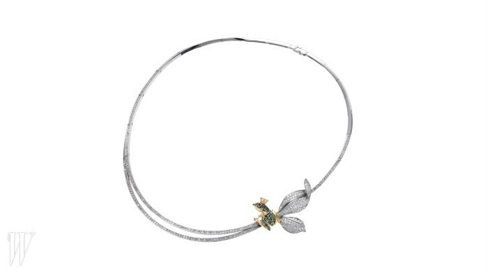 동화 '개구리 왕자'에서 영감을 받은 다이아몬드 목걸이는 STONE HENGE 제품. 1천만원대.
