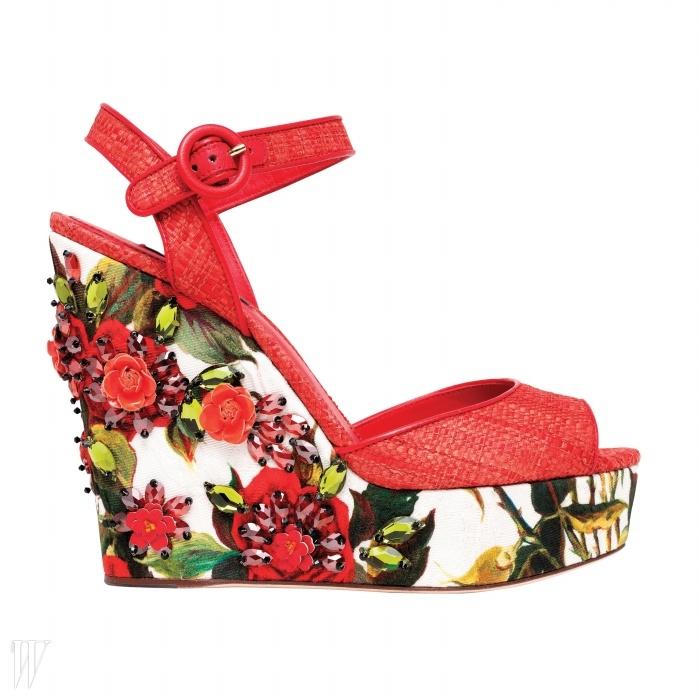 꽃무늬와 입체적인 꽃 장식이 로맨틱하게 어우러진 라피아 소재 웨지 슈즈는 D&G 제품. 가격 미정