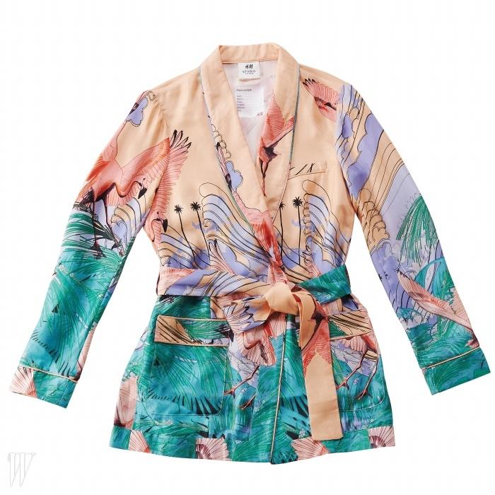 이국적인 풍경이 프린트된 실크 소재 파자마 재킷은 H&M 제품. 19만원대.