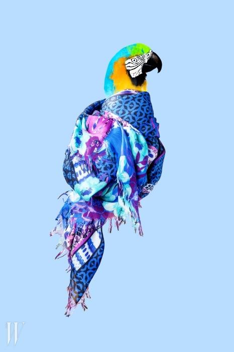 밑단을 자연스럽게 처리한보헤미안풍 스카프는 에트로 제품.65만원.