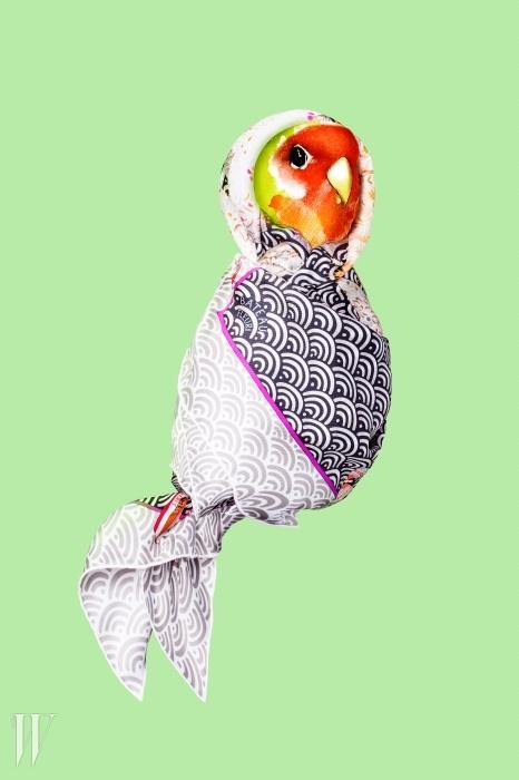 기와무늬를 연상시키는고전적인 분위기의 빅 사이즈 스카프는에르메스 제품. 가격 미정.