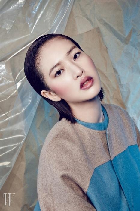 모두 Estee Lauder 제품.부드러운 베이비 블루와베이지 컬러가 절묘하게 어우러진코트와 드레스는Miss Gee Collection 제품.