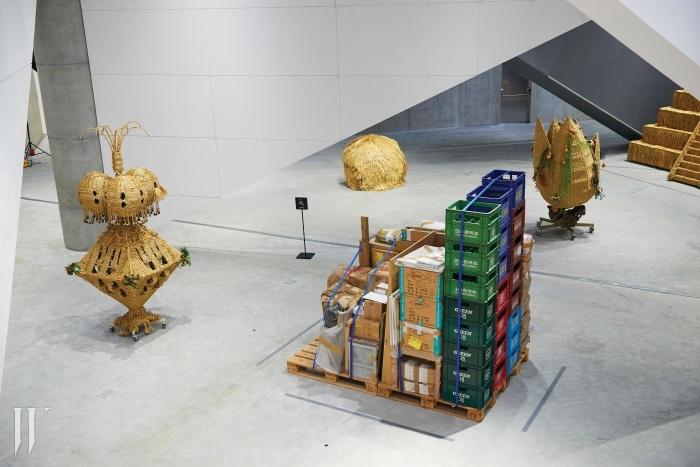 작품을 보관할공간이 부족하던 작가는초기작들을 상자에 담은상태로 '창고 피스' 라고명명했다.보여질 기회를얻지 못하고 창고를전전하던 이 작업은,아이러니하게 새 삶을얻어 미술관에 들어왔다.