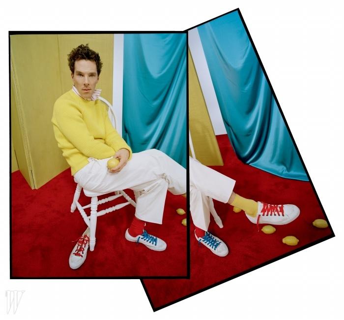 스웨터는 카날리, 셔츠는 토마스 핑크,팬츠는 유밋 베넌, 양말은 타비오,신발끈은 Mr. 레이시, 스니커즈는 컨버스 제품.