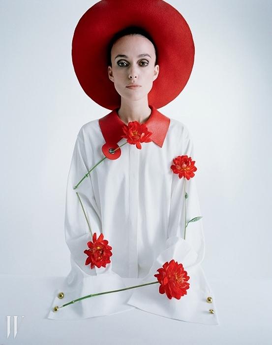 셔츠는 J.W. 앤더슨,모자는 패트리샤 언더우드 제품.