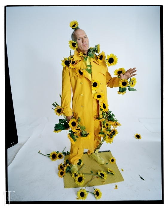 노란색 트렌치코트와 바지는 에트로,셔츠는 Z 제냐, 스니커즈는 질 샌더 제품 .