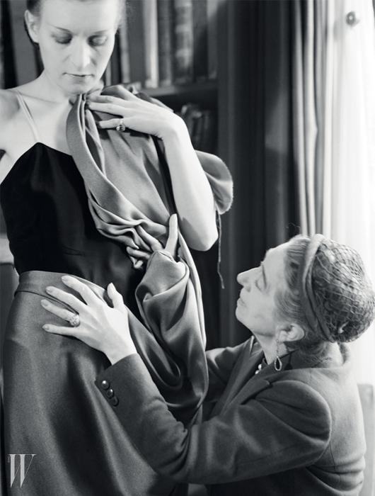 모델의 옷을 섬세하게 매만지는디자이너 잔 랑방의 모습.