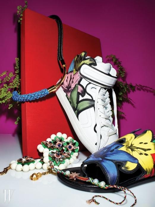 위부터로프 형태에 메탈 장식을 더해 이국적인모던함을 연출한 목걸이는 Marni, 회화적인 백합모티프가 특징인 하이톱 가죽 스니커즈는 Pierre Hardy,시퀸과 비즈 등의 장식이 어우러져 만개한 꽃을 표현한목걸이는 Shourouk by 10 Corso Como,화려한 백합 꽃 프린트의 가죽 장식이 부드럽게 발등을감싸는 통 샌들은 Pierre Hardy, 색색의 실을 꼬아진주와 야자수 모티프의 메탈 장식을 더한 팔찌는Lucy Folk by My Boon 제품.
