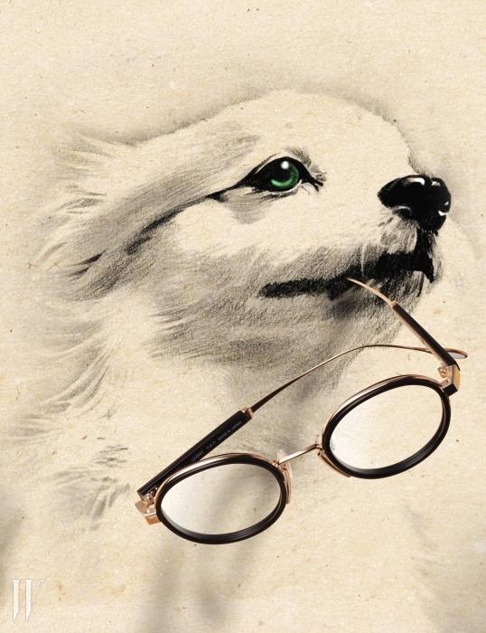 존 레넌이 썼을 법한동그란 형태의 안경은 USH by시원 아이웨어 제품. 58만원.
