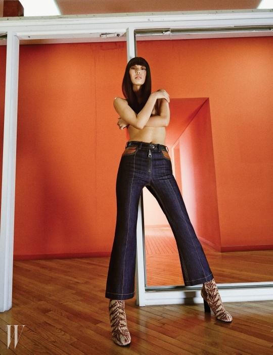 데님 팬츠와 벨벳 앵클부츠는 루이 비통 제품.각각 가격 미정, 1백만원대.