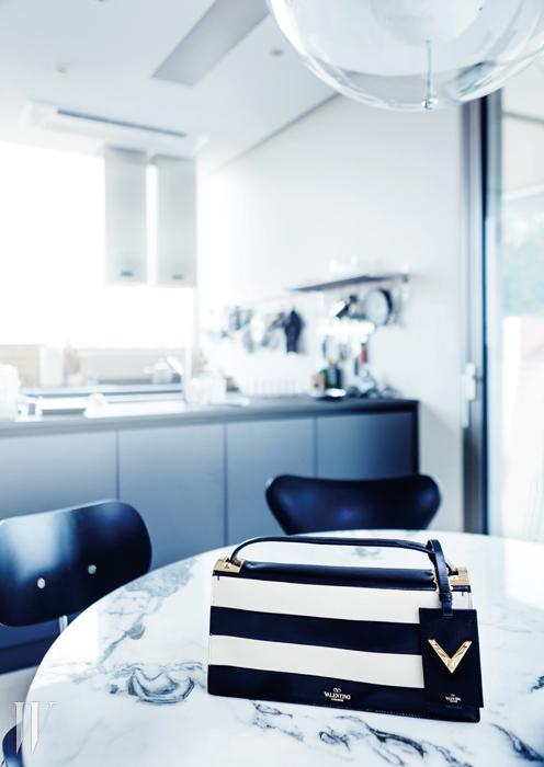 검정과 베이지색 줄무늬 토트백은발렌티노 제품. 2백90만원.