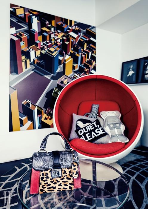 레오퍼드 무늬를 입은 송치와 검은색파이톤 소재가 고급스러운 핸드백은미우미우 제품. 4백10만원.