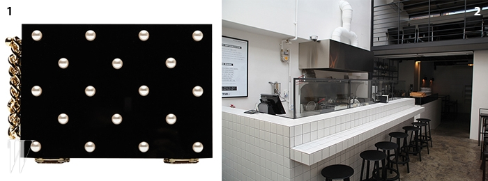 1 이태원에 위치한 펍&카페 TMI의 내부.2 잉크와 협업한아크릴 클러치