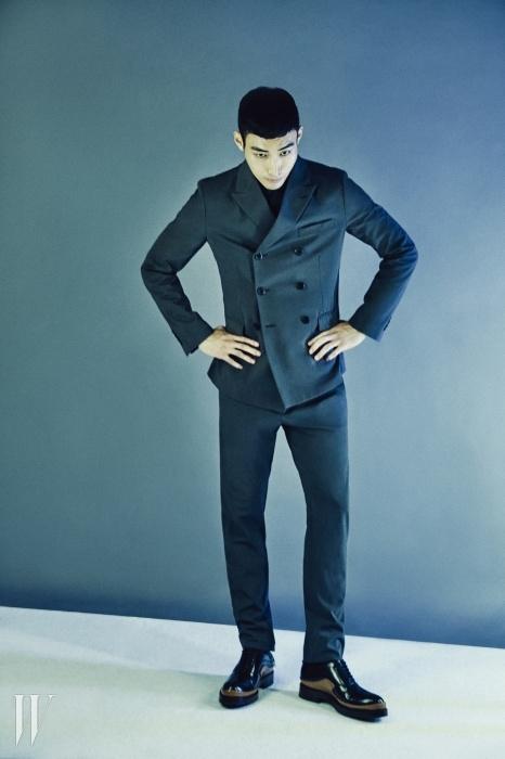 회색 더블브레스트 슈트와네이비 셔츠, 배색으로 포인트를 준레이스업 슈즈는 모두 프라다 제품.