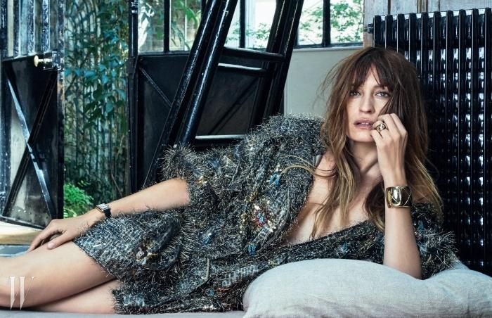 장식적인 디테일이 화려한 낙낙한 실루엣의니트 카디건은 Chanel, 사각 다이얼과 간결한가죽 스트랩의 '보이프렌드' 워치와 담대한 '코코크러쉬'골드 커프는 Chanel Watch & Fine Jewerly 제품.