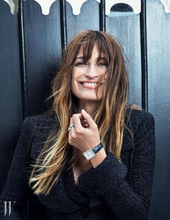 구조적으로 재단된트위드 소재드레스는 Chanel,화이트 골드 베젤의'보이프렌드' 워치와 퀼팅장식을 응용한 음각디자인이 특징인두 개의 '코코크러쉬'화이트 골드 반지는Chanel Watch &Fine Jewerly 제품.