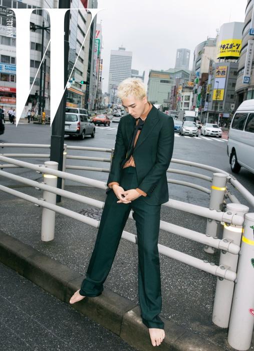 복고풍의 녹색 슈트 재킷과 팬츠, 흰색 라이닝 칼라의 갈색 셔츠, 리본 타이는 모두Gucci제품.