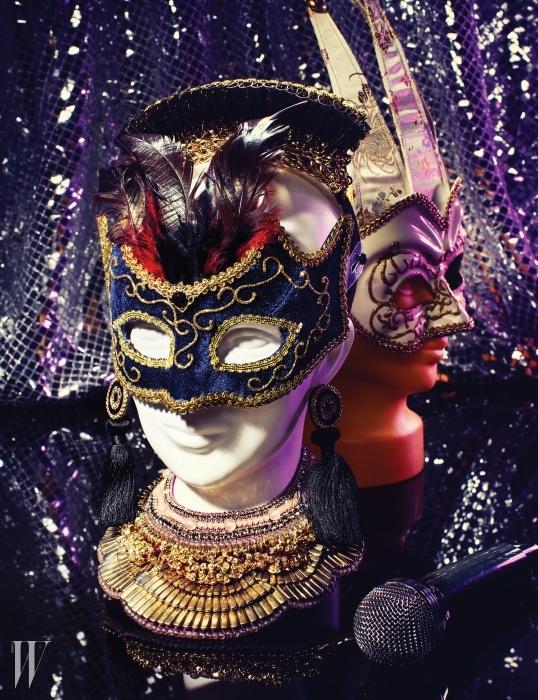 1. 머리 위에 장식한 구조적인 형태의 팔찌는스베바 by 분더샵 제품. 59만원.2. 태슬 장식 귀고리는 주얼카운티 제품.3만3천원. 3. 고대 유물이 연상되는화려한 디자인이 인상적인 목걸이는에트로 제품. 53만원.