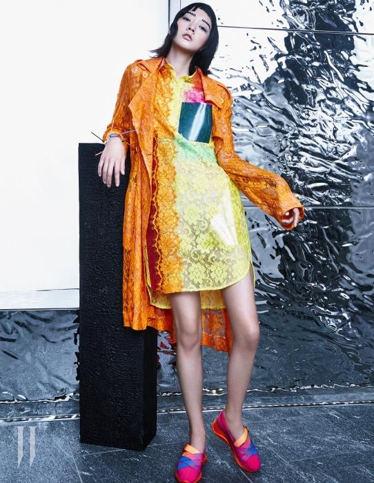 2016 S/S 시즌 가장 집중했던 레이스는 섬세한 가공법과 PVC 소재를 덧붙여 현대적으로 재해석했다. 레이스 소재의 셔츠형 드레스와 트렌치코트, 뱅글로 연출한 소품, 핑크색 스니커즈는 모두 크리스토퍼 케인.