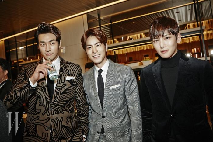회색 체크 슈트는 Dior Homme 제품.