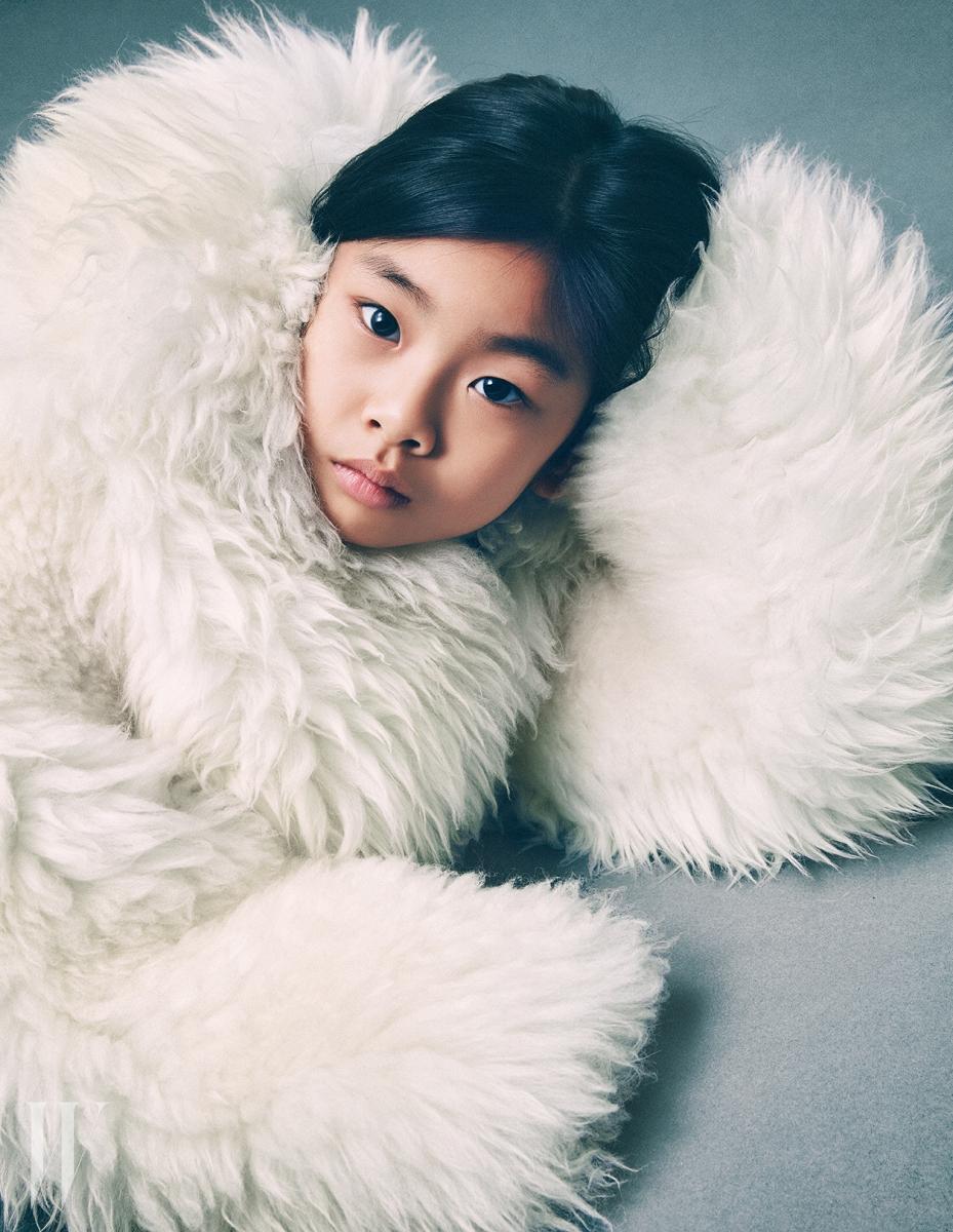 볼륨감이 돋보이는 하얀색 양털 코트는 루이 비통 제품.