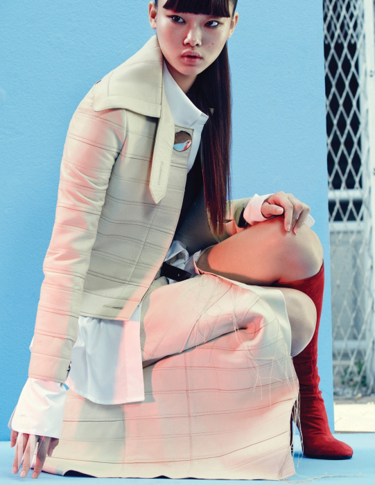 칼라가 넓은 가죽 재킷과 마감 처리를 하지 않은 롱스커트는 캘빈 클라인 컬렉션 제품. 가격 미정. 카키색 크롭트 톱은 프리마돈나 제품. 21만8천원. 소매가 긴 화이트 셔츠는 렉토 제품. 18만7천원. 선명한 빨간색 스웨이드 가죽 부츠는 에르메스 제품. 가격 미정.