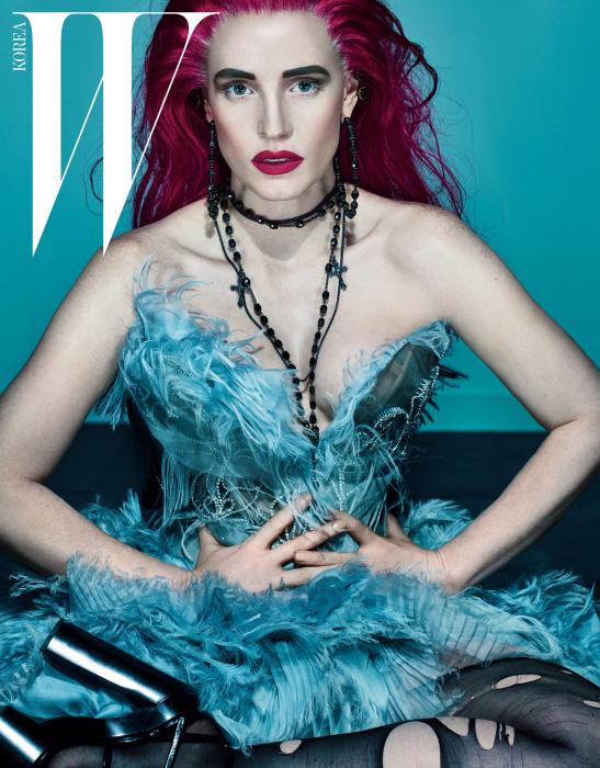 가운과 샌들은 Atelier Versace 제품.