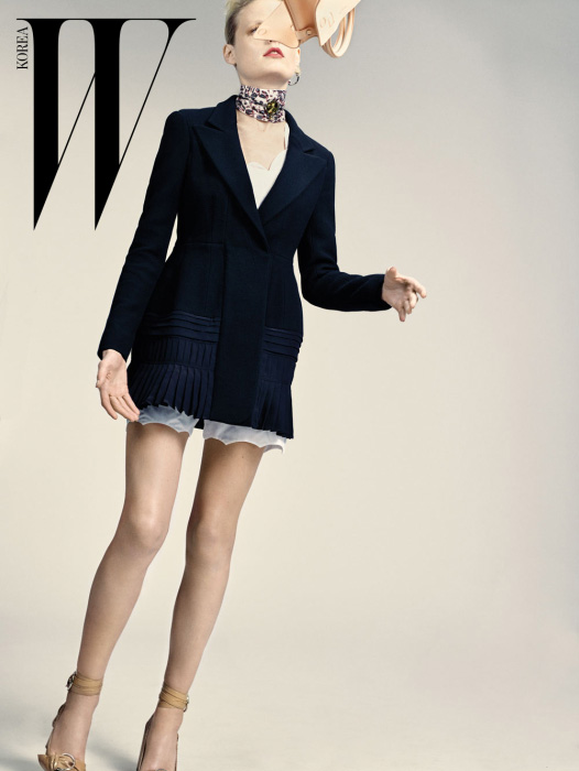 플리츠가 장식된 테일러드 재킷, 스캘럽 라인이 독특한 블라우스와 팬츠, 스카프처럼 두른 초커 네크리스와 이어링, 살굿빛 'Diorever' 백, 동그란 버클이 장식된 스트랩 슈즈는 모두 Dior 제품.