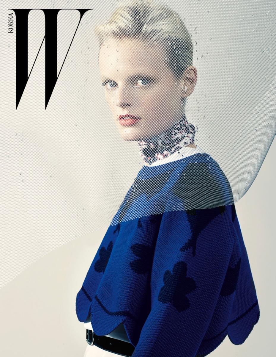 스캘럽 헴라인의 니트 톱, 비대칭 헴라인의 셔츠 원피스, 스카프처럼 두른 초커 네크리스와 벨트는 모두 Dior 제품.