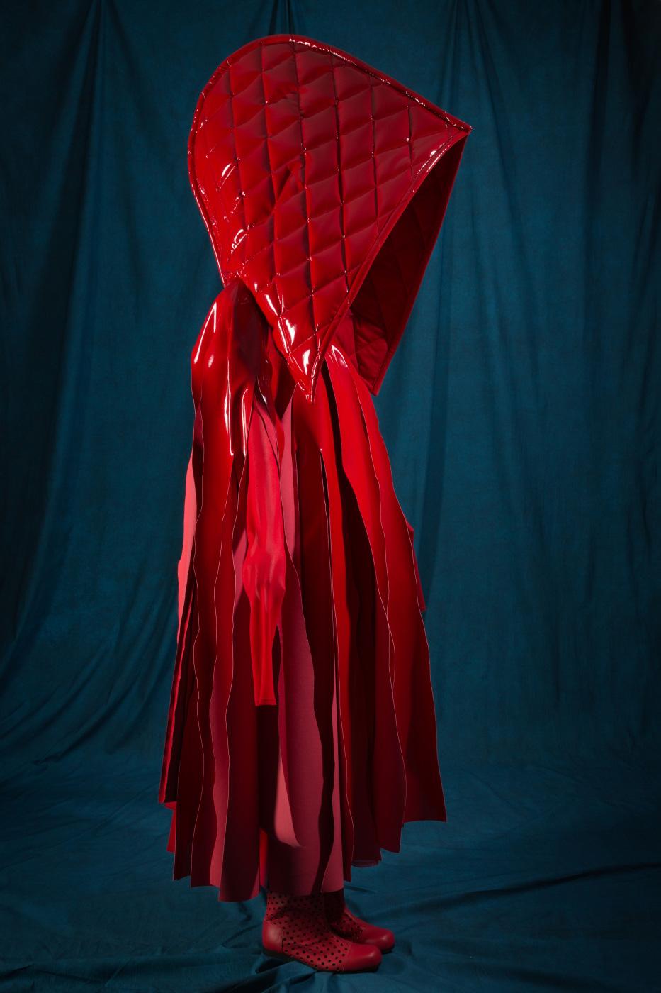 '빨간 망토' 주인공의 심볼과도 같은 꼼데가르송의 케이프 앙상블, 2015 봄 컬렉션.