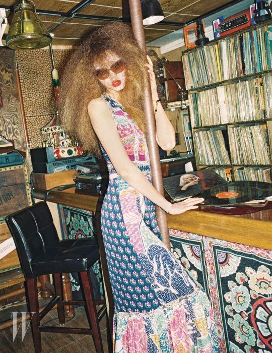 페전트풍의 티어드 롱 드레스, 반지와 뱅글, 선글라스는 모두 DVF 제품.