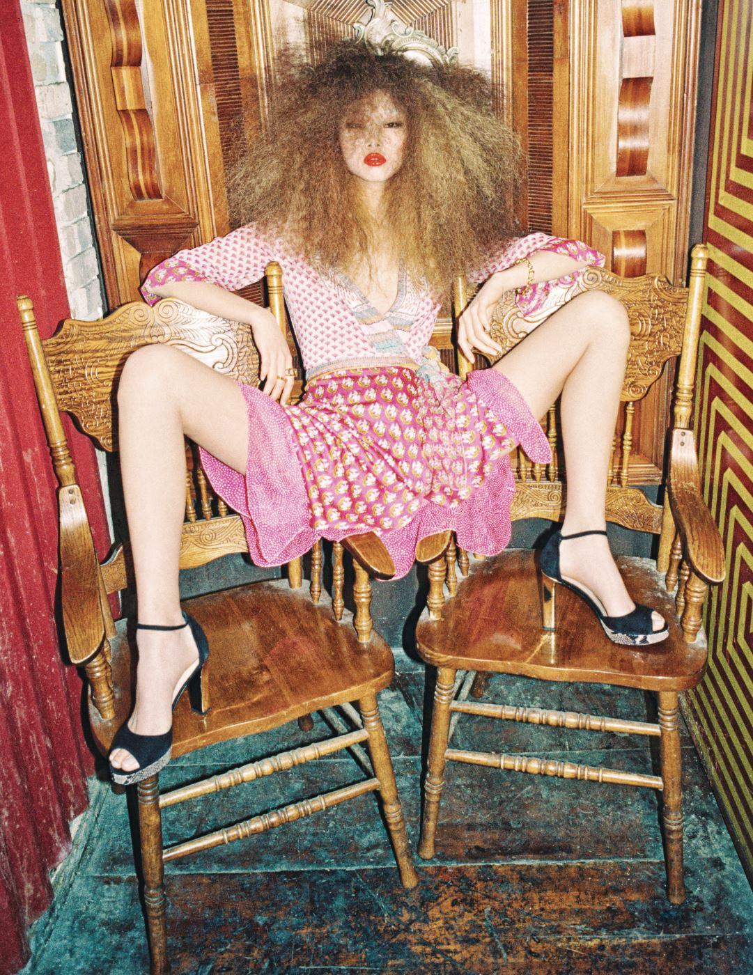 소매와 밑단이 나풀거리는 핑크빛 랩 드레스, 스트랩 슈즈, 팔찌와 반지는 모두 DVF 제품.