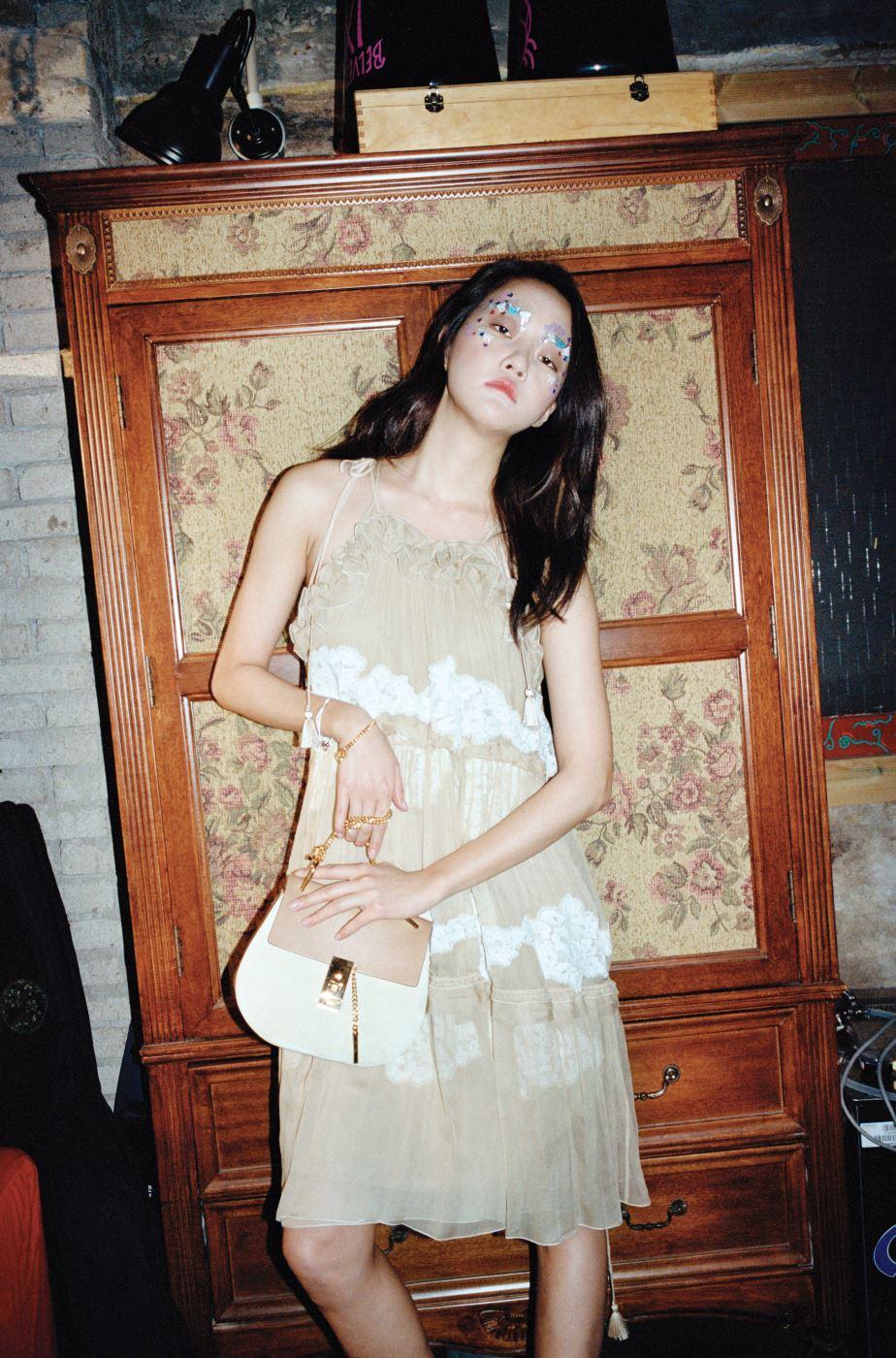 레이스 장식의 여성스러운 프릴 장식 시폰 드레스, 감미로운 누드 톤의 체인 장식 드류(Drew) 백은 Chloe 제품.