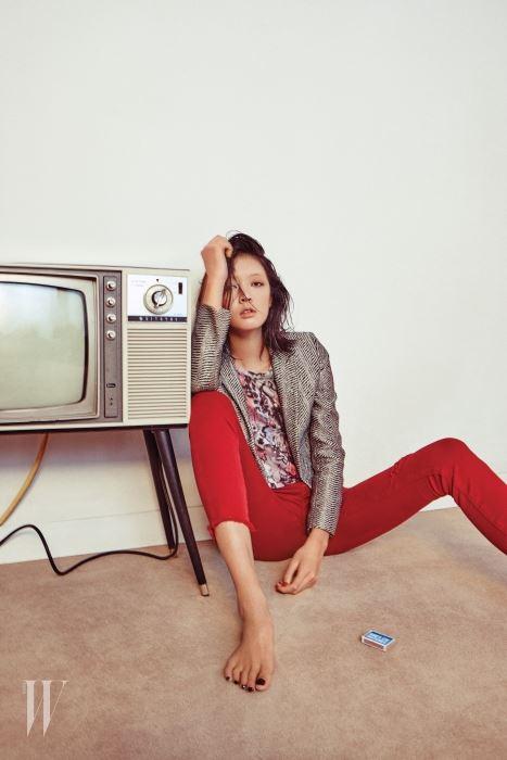 길이가 짧은 메탈릭한 재킷, 추상적인 프린트의  반소매 티셔츠, 빨간색  디스트로이드 스키니 진은 모두 Iro 제품.
