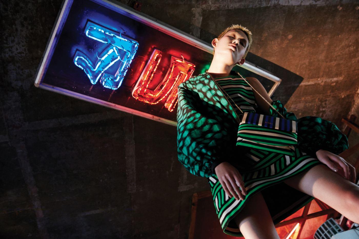 화려한 패턴이 돋보이는 레트로풍의 벌룬 실루엣 재킷과 저지 소재의 줄무늬 드레스, 옷과 같은 패턴의 줄무늬 미니 슈가백은 모두 Lanvin 제품.