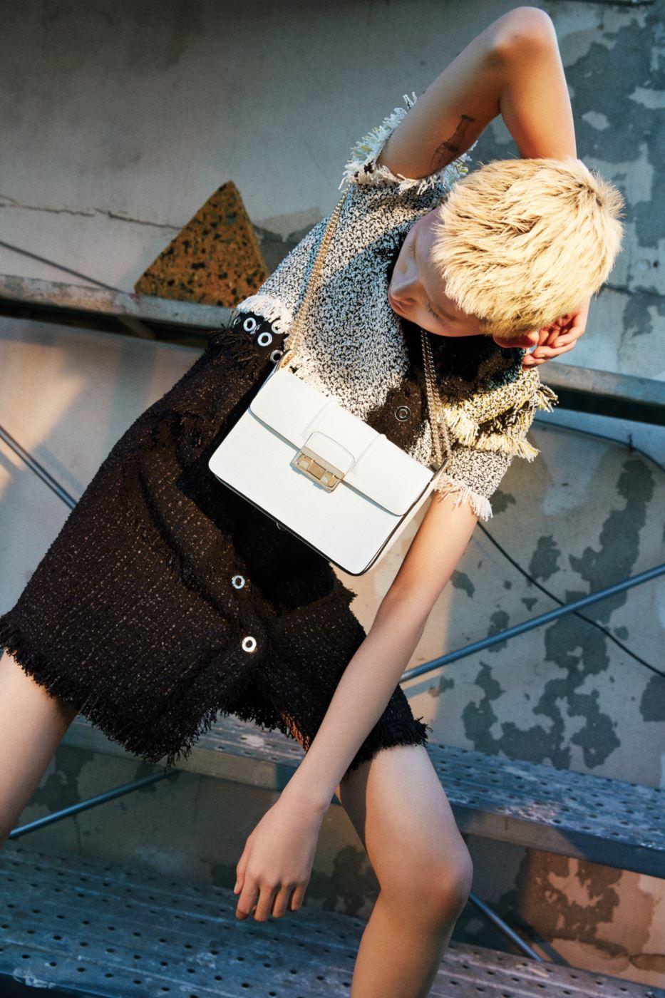 흑백의 배색이 멋진 트위드 드레스와 송아지 가죽 소재의 아이보리색 지지백은 Lanvin 제품