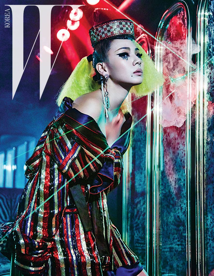 실크 라이닝을 덧댄 화려한 비즈 장식 파자마 재킷, 옷핀과 면도칼 장식의 이어링과 이어커프, 크리스털 장식 모자는 모두 Jean Paul Gaultier Couture 제품.