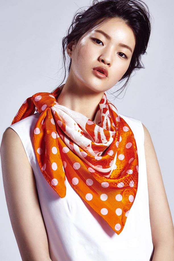 STYLE 1 흰색 슬리브리스 톱과 도트 무늬 스카프는 에르메스 제품. 모두 가격 미정.