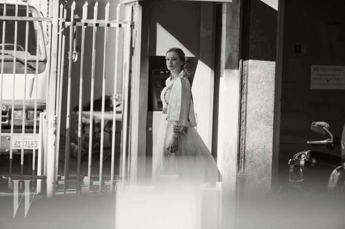 블라우스와 드레스, 백은 모두 Chanel, 귀고리는 Anita Ko 제품.