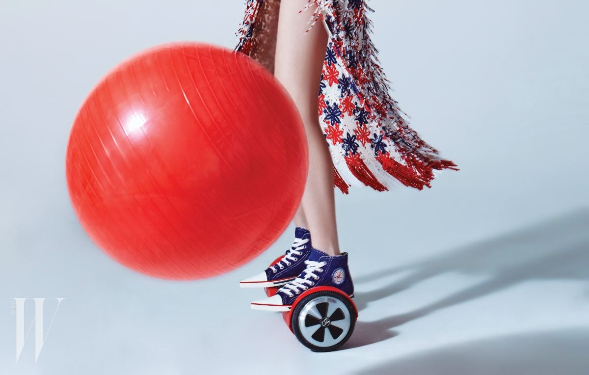비즈 장식을 촘촘히 엮어 만든 화려한 드레스, 앞코가 구두의 형태를 한 캔버스 운동화는 마크 제이콥스 제품. 가격 미정.