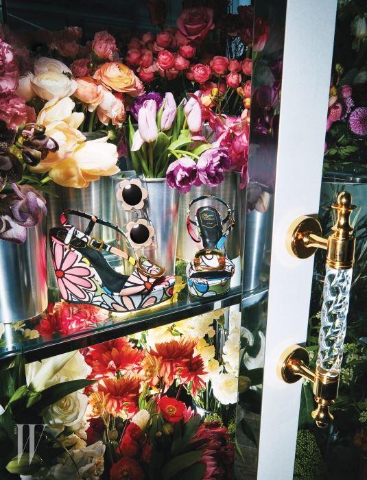 해피 바이러스 팝아트적인 꽃무늬가 인상적인 웨지 칩스 플라워 슈즈는 로저 비비에 제품. 1백10만원대, 꽃 모양의 프레임으로 위트를 준 선글라스는 마커스 루퍼 by 한독 제품. 37만원.