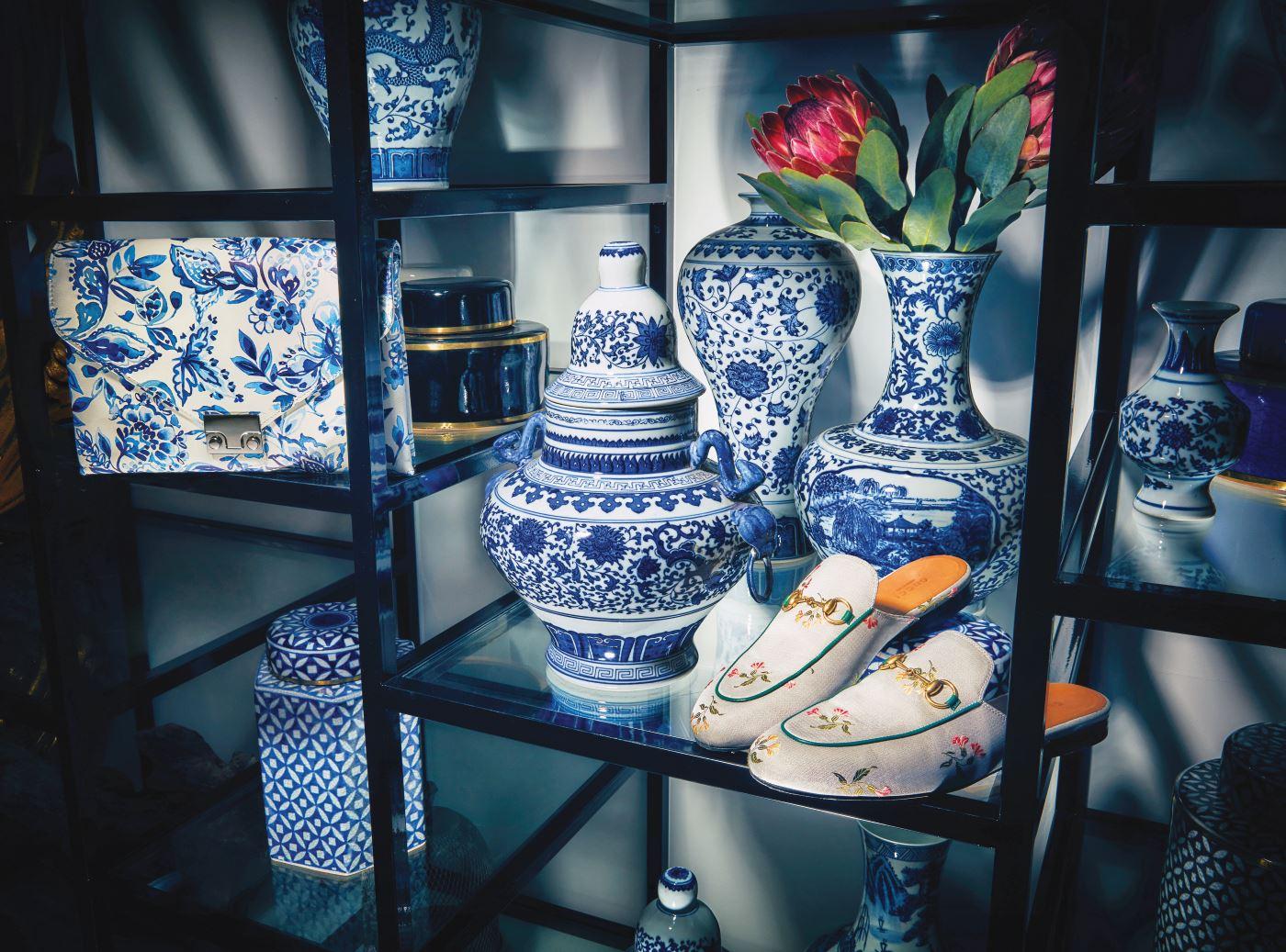 신비한 동쪽 나라 중국 도자기의 문양을 그대로 재현한 클러치는 로플러 렌달 by 라움 제품. 63만8천원, 부드러운 새틴에 동양적인 꽃을 수놓은 홀스빗 슬리퍼는 구찌 제품. 73만원.
