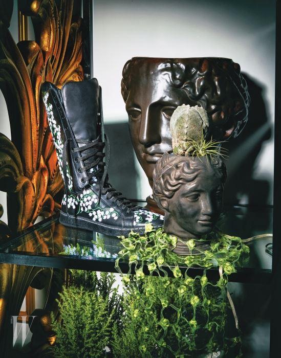 바느질로 피어난 거친 느낌의 군화에 사랑스러운 자수를 더해 기묘한 아름다움을 표현한 워커 부츠는 몽클레르 제품. 가격 미정. 꽃을 형상화한 연두색 레이스 목걸이는 프라다 제품. 50만원대.